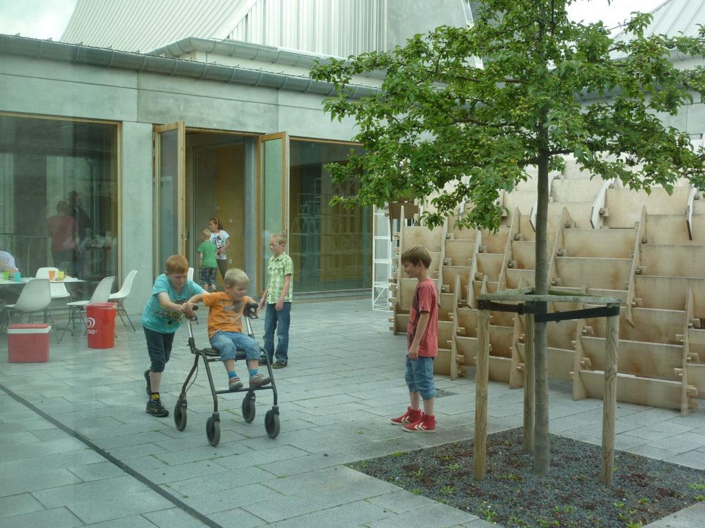 子どもたちが歩行器で遊ぶ風景